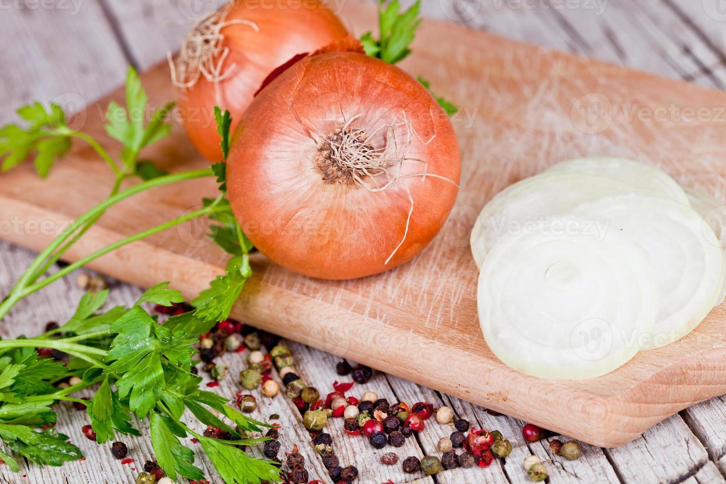 cebola fresca, salsa e pimenta foto