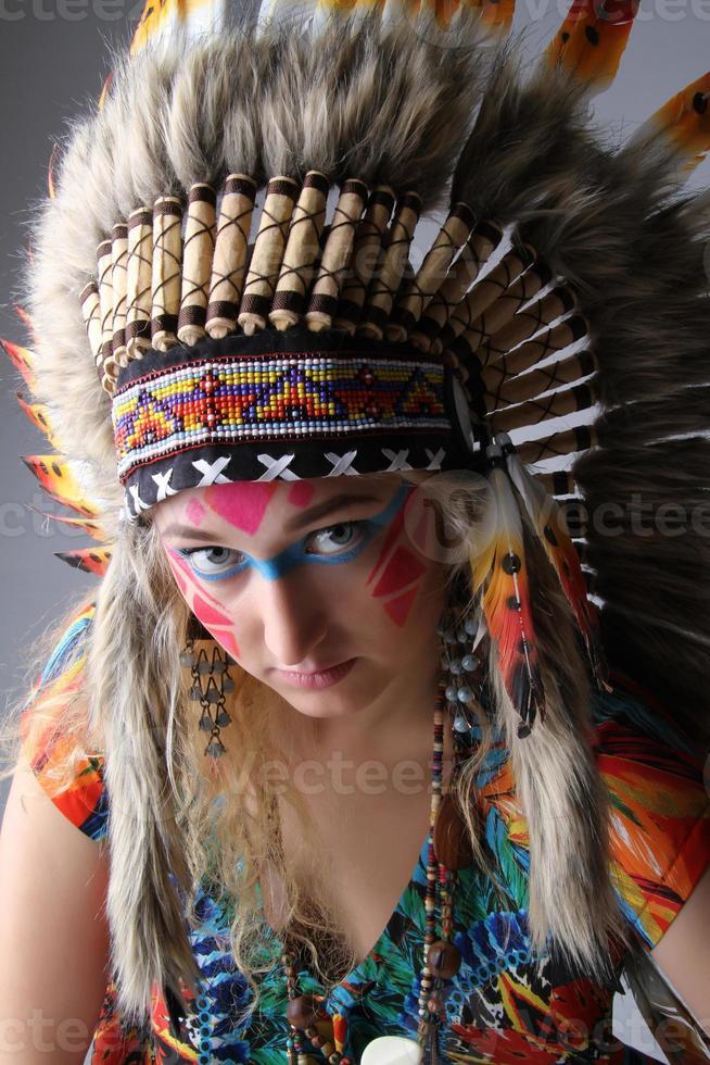 Retrato de una niña en la imagen del nativo americano foto