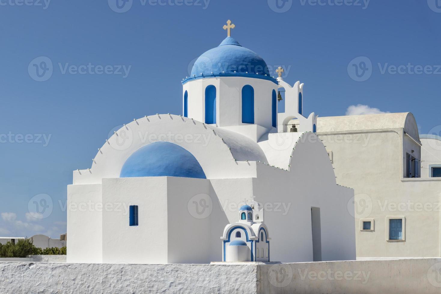 Iglesia ortodoxa en la isla de santorini, grecia foto