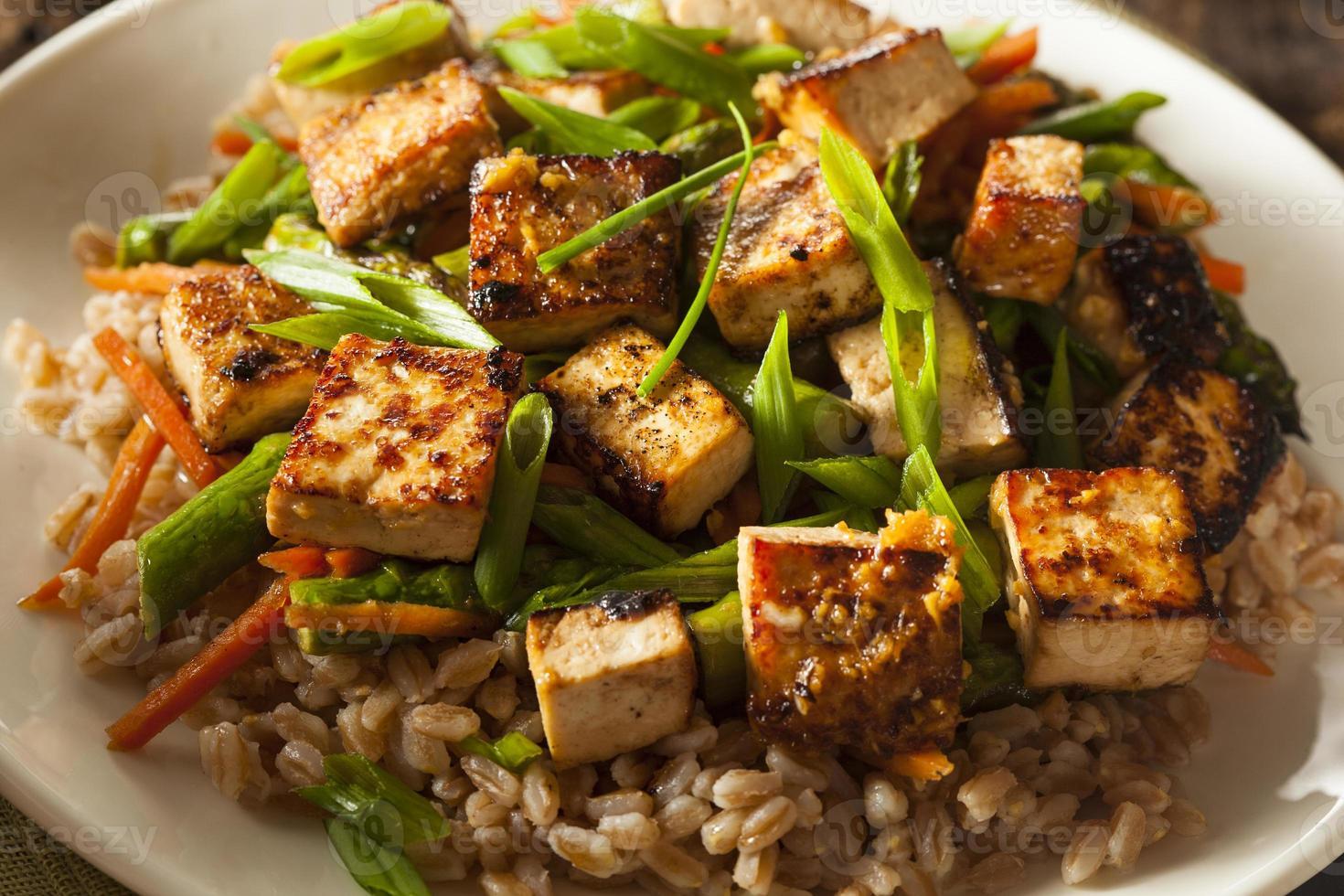 Salteado de tofu casero foto