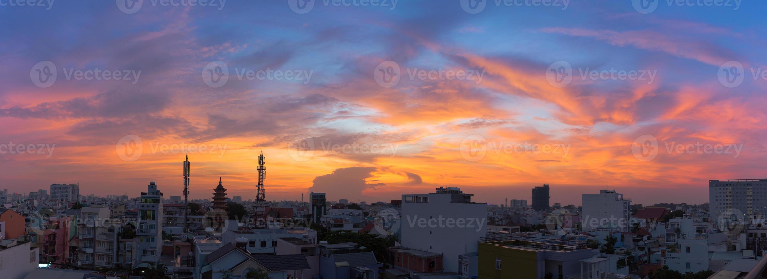 zonsondergang in de stad foto