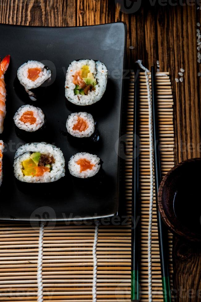 maravilloso set de sushi, tema oriental en la vieja mesa de madera foto