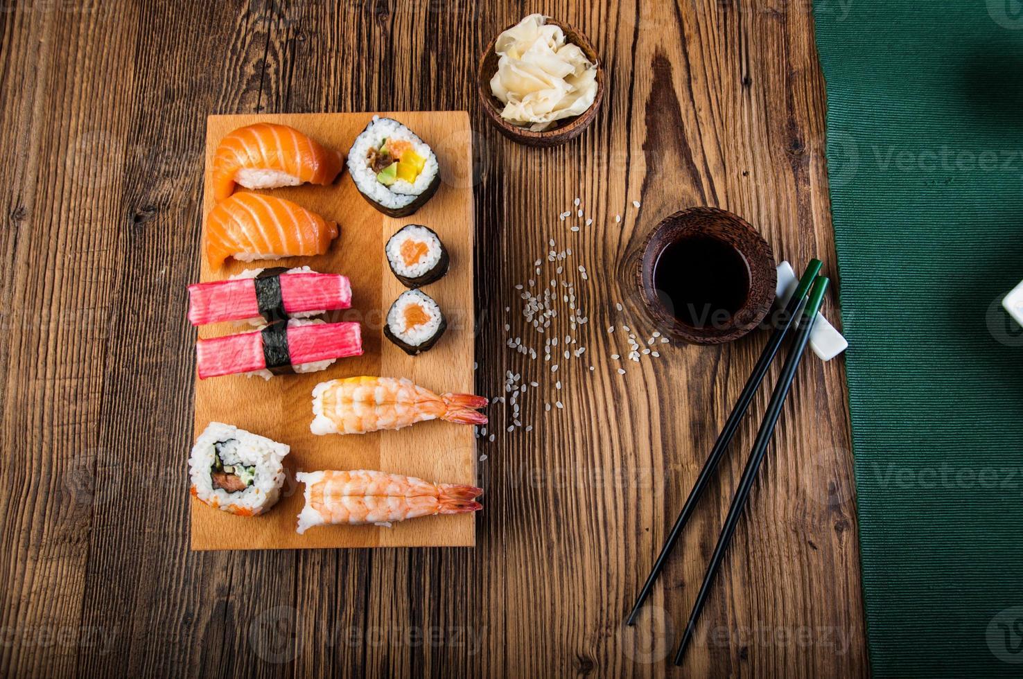 sushi oriental japonés con mariscos foto