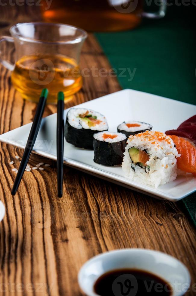 conjunto de sushi saboroso, fresco e saudável foto