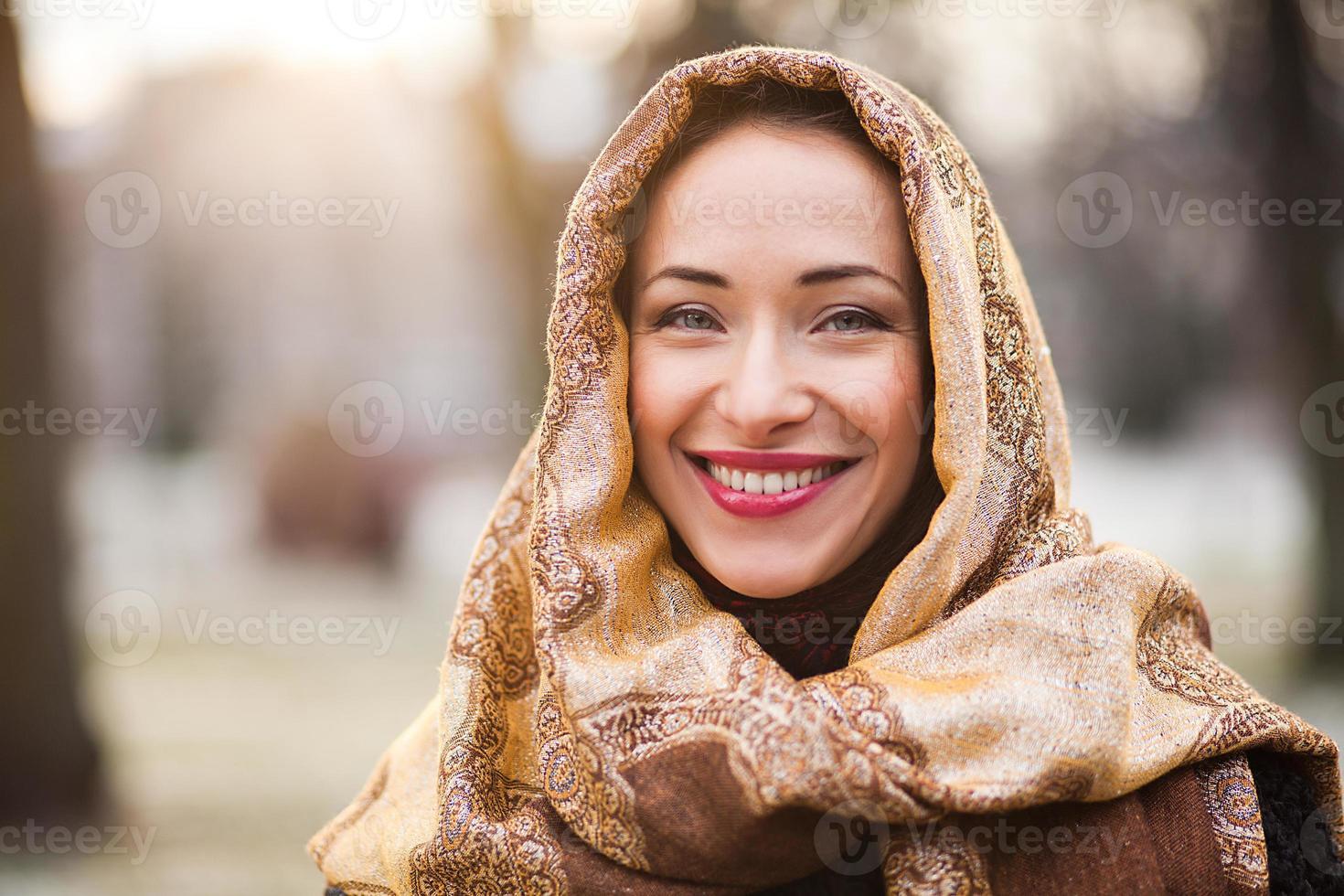 mujer de negocios con pañuelo en la cabeza foto