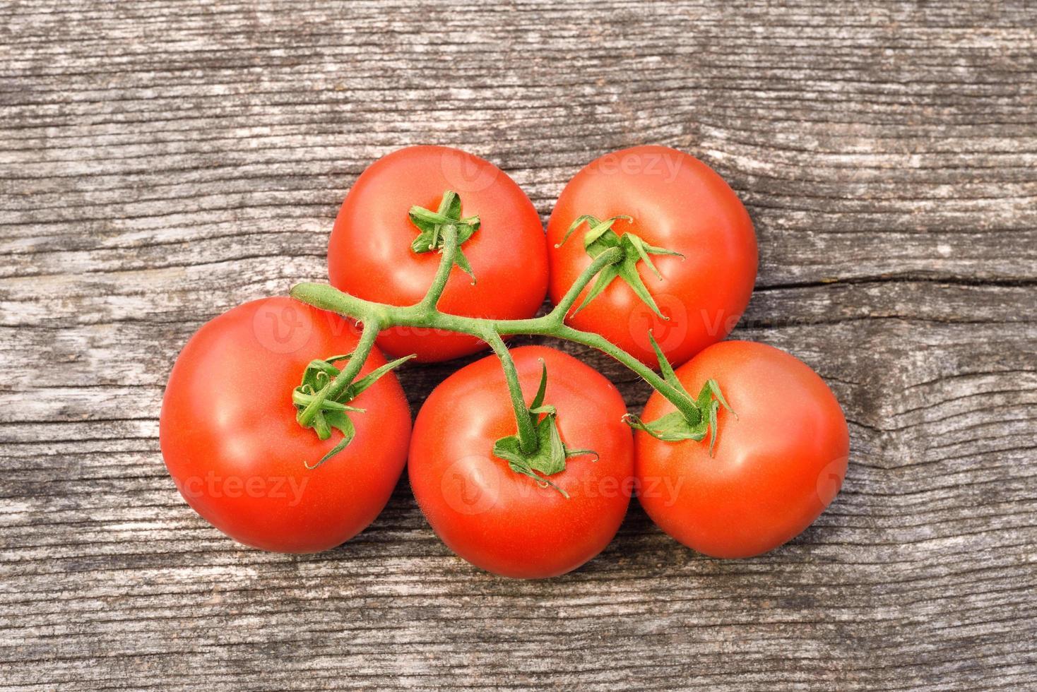 tomate maduro sobre fondo de madera foto