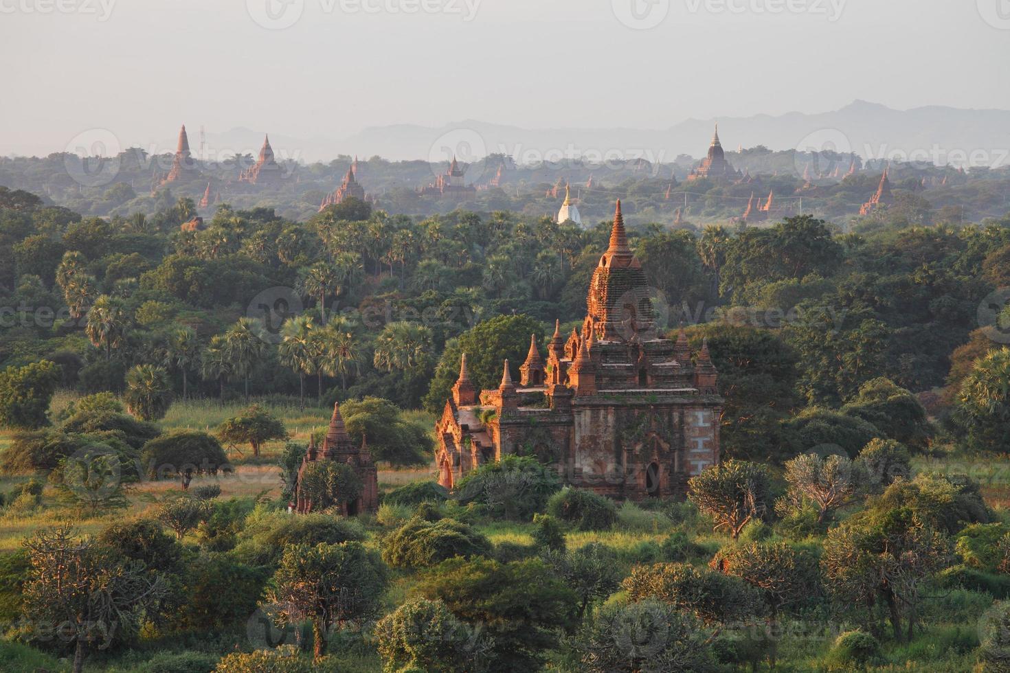 templos em bagan foto