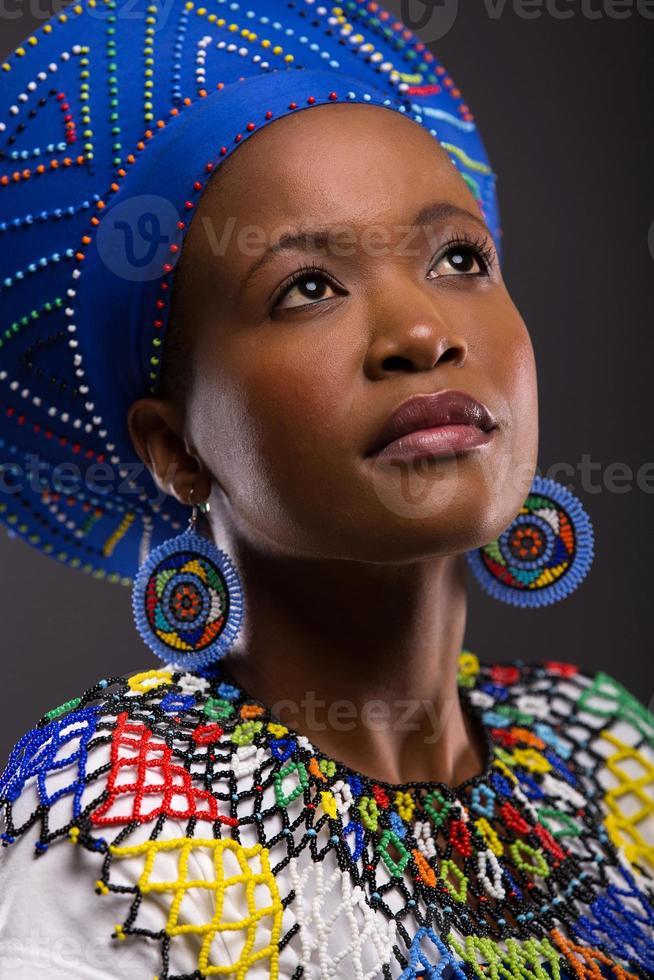 chica zulú mirando hacia arriba foto