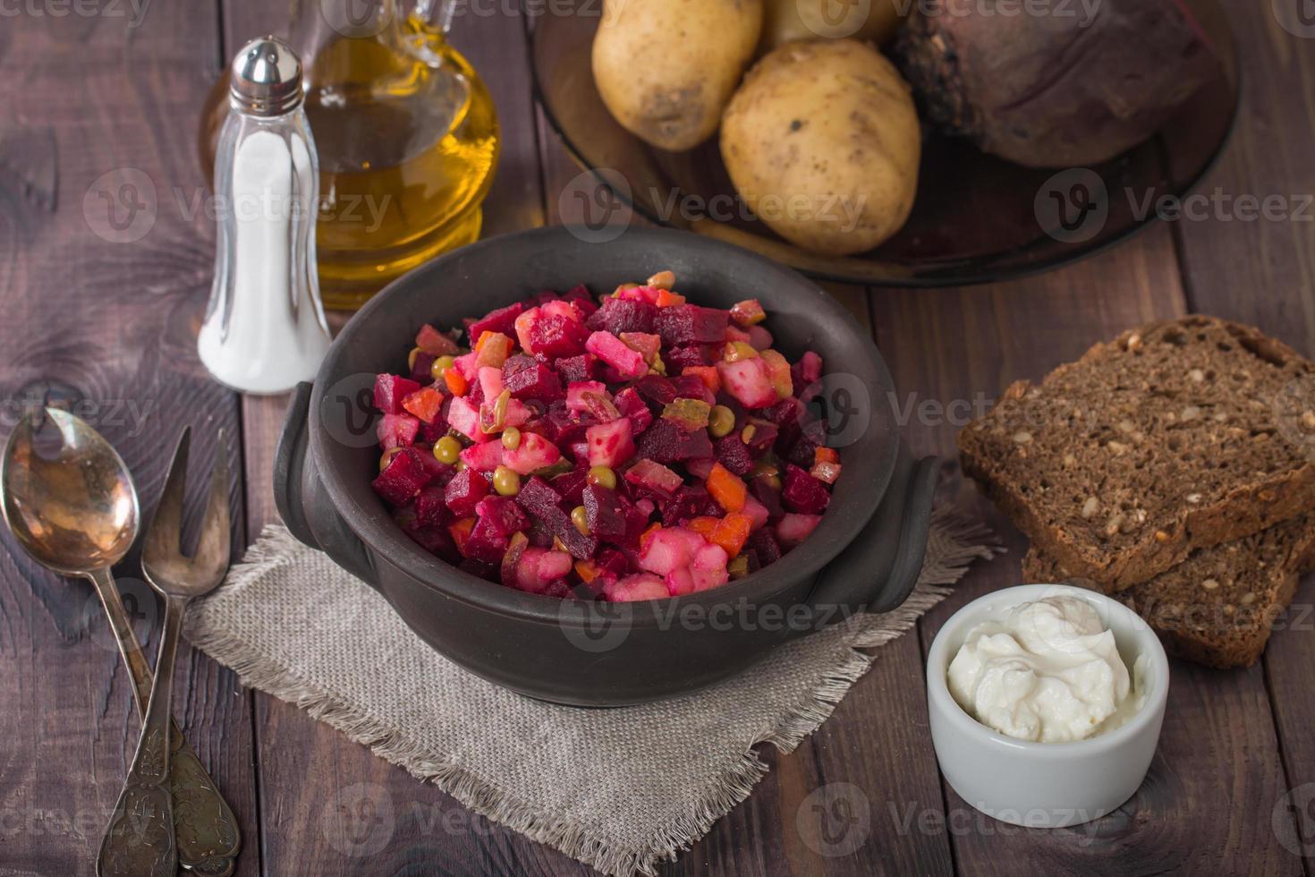 vinagreta de ensalada de remolacha en un recipiente de arcilla foto