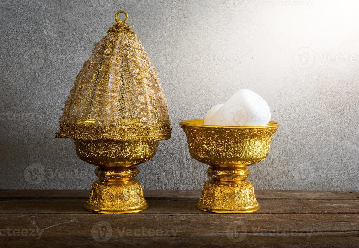 Grupo de bandeja de oro de Tailandia con pedestal foto