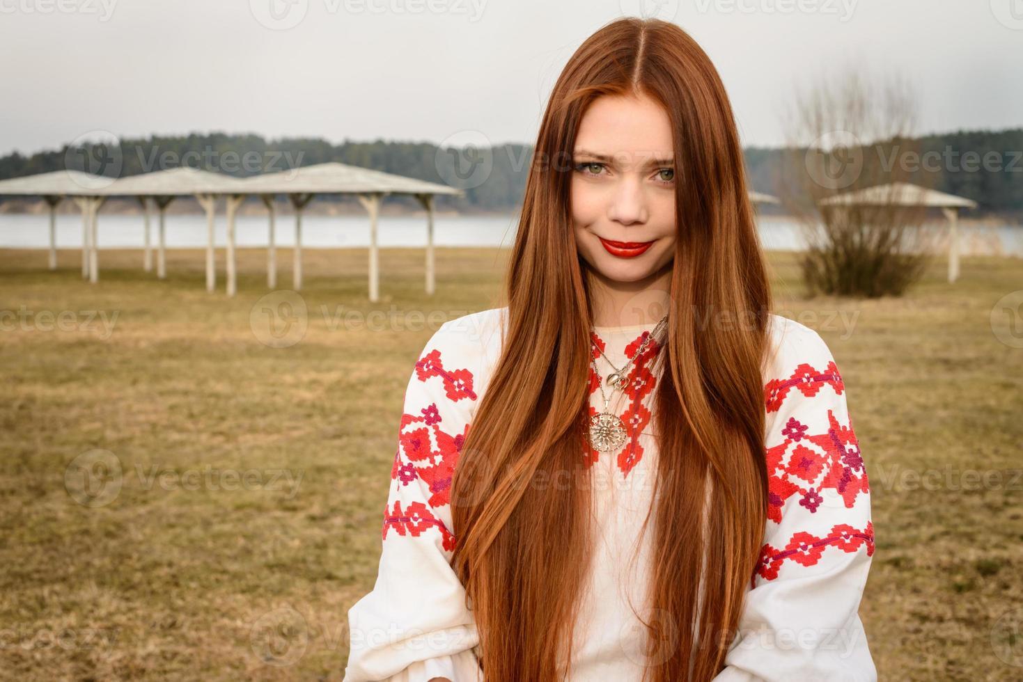 mujer joven en traje original nacional bielorruso eslavo al aire libre foto
