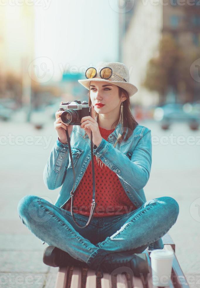 chica hipster con cámara retro foto