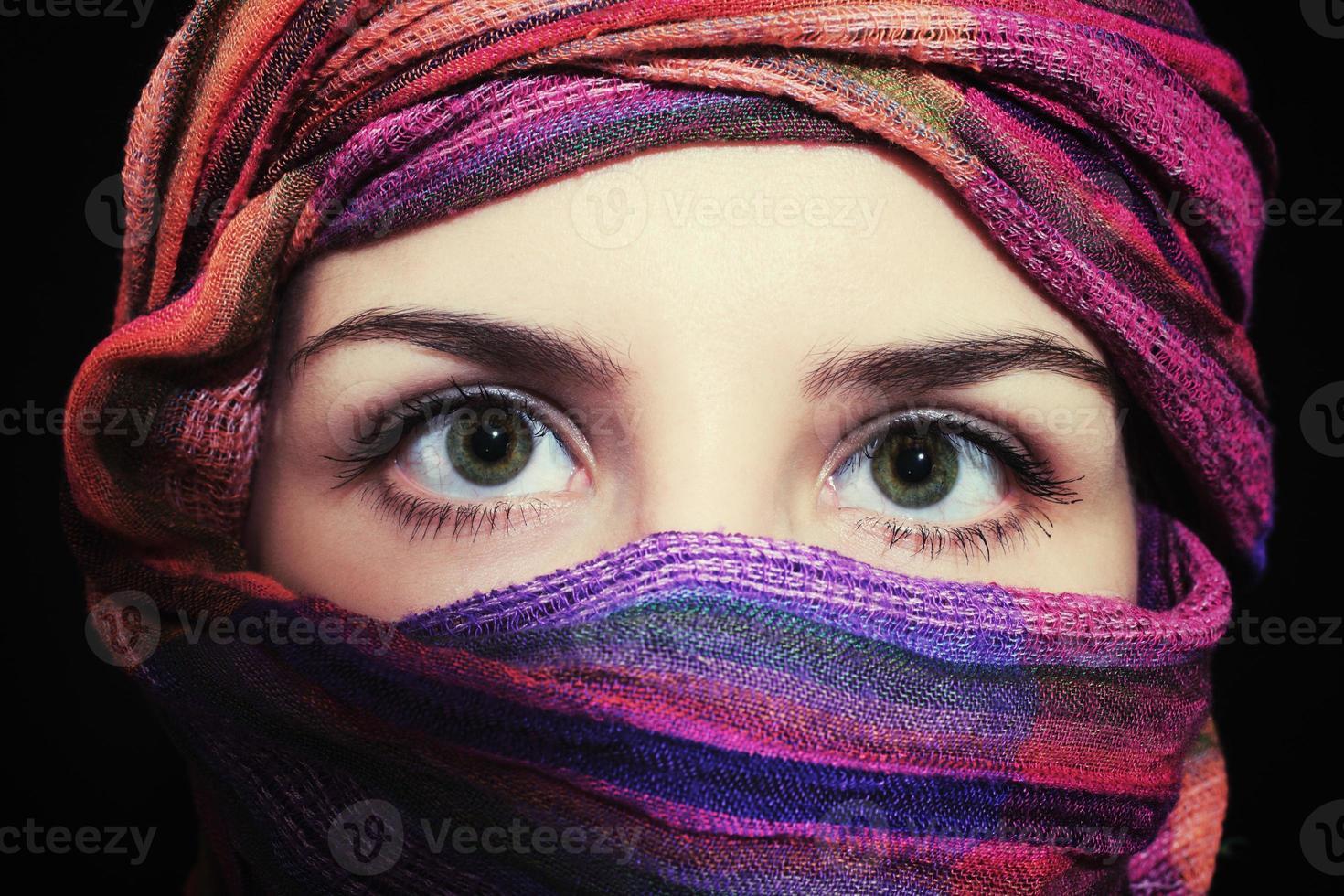Retrato de hermosa mujer de ojos verdes en hijab foto