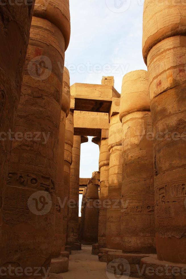 Vista de la gran sala hipóstila en el templo de Karnak foto