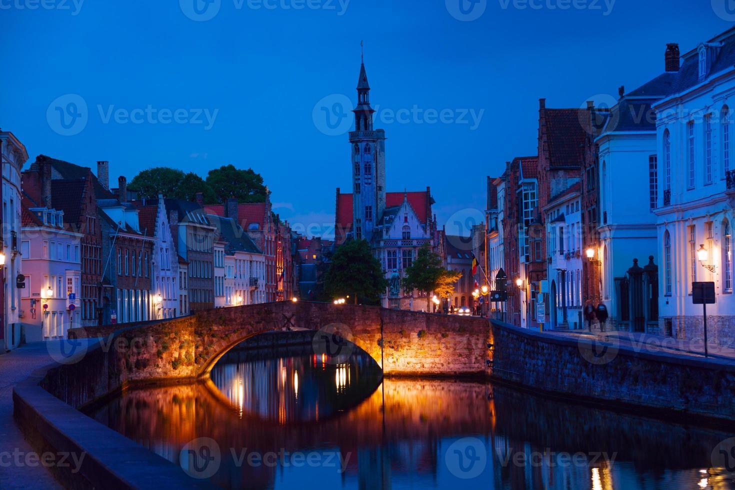 Paisaje urbano tranquilo en la noche del canal en brujas foto