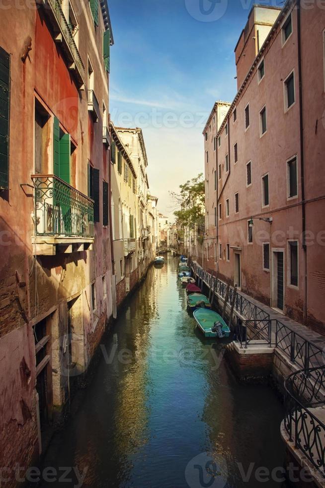 estrecho canal de agua en venecia foto