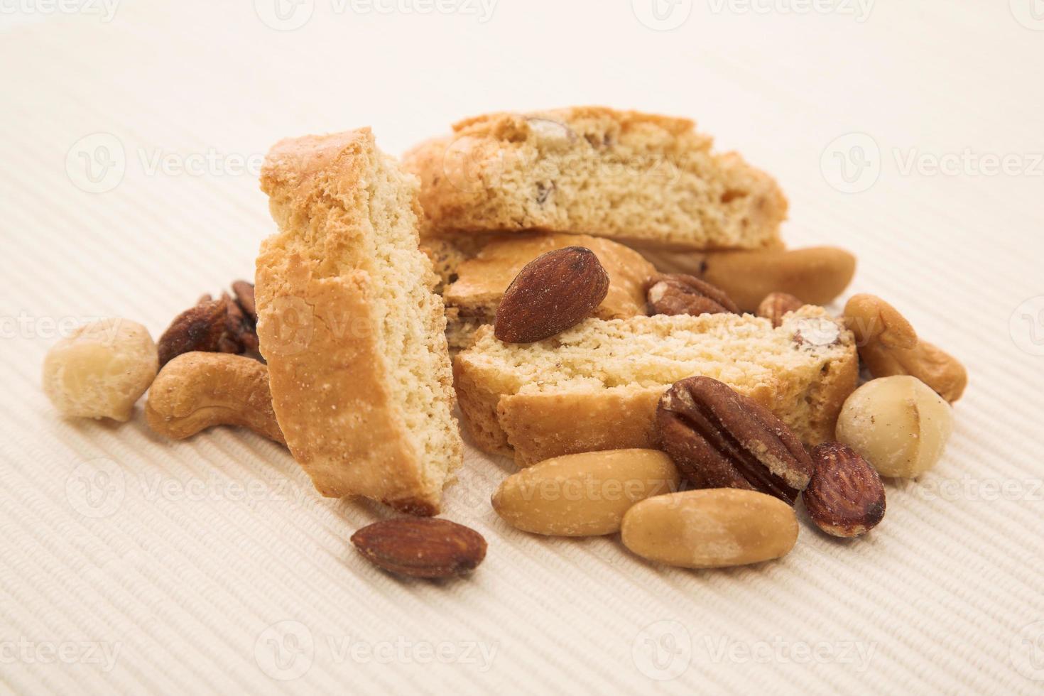 biscotti de almendras con nueces tostadas foto