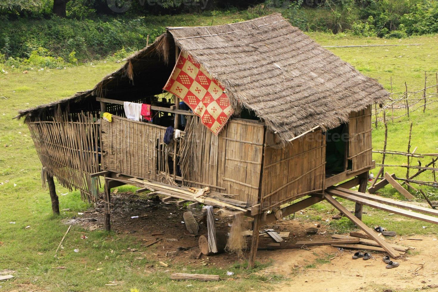 palafitos en un pequeño pueblo cerca de kratie, camboya foto