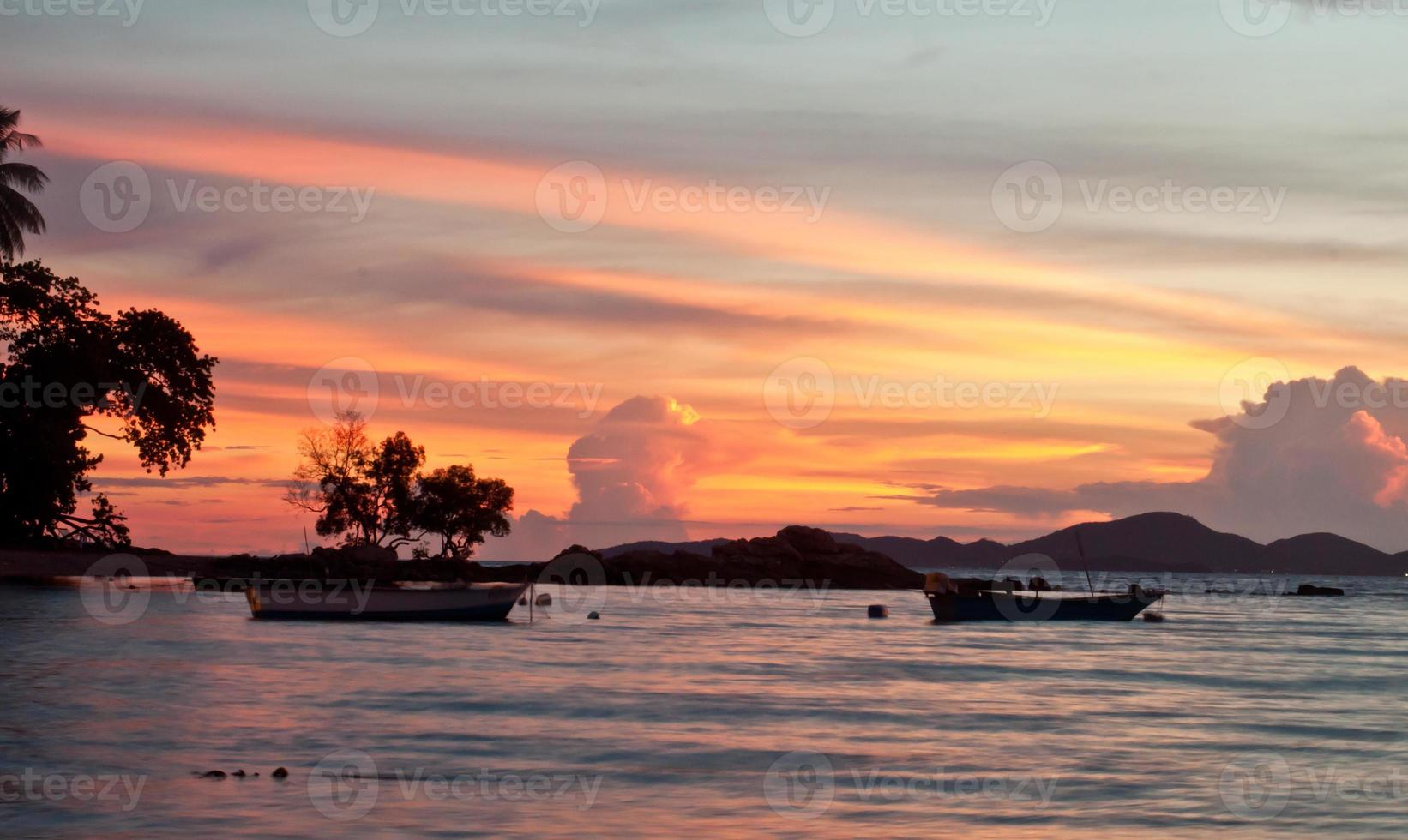 Pattaya, Tailandia, playa de Wongamat en la puesta de sol (vista de koh larn) foto