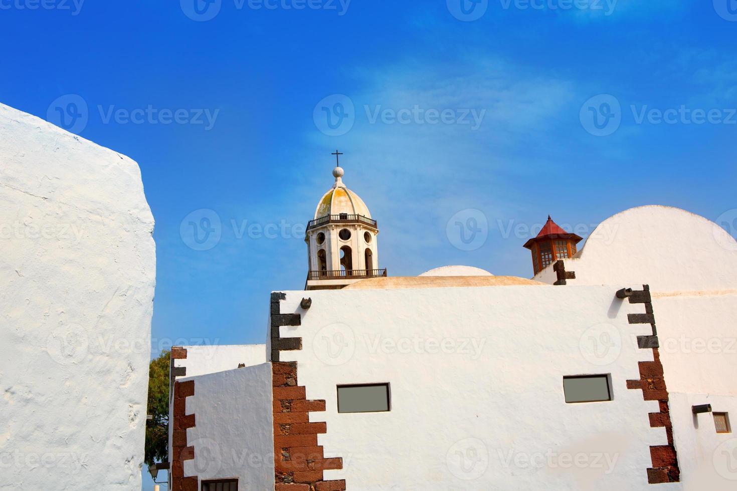 Lanzarote teguise pueblo blanco con torre de la iglesia foto