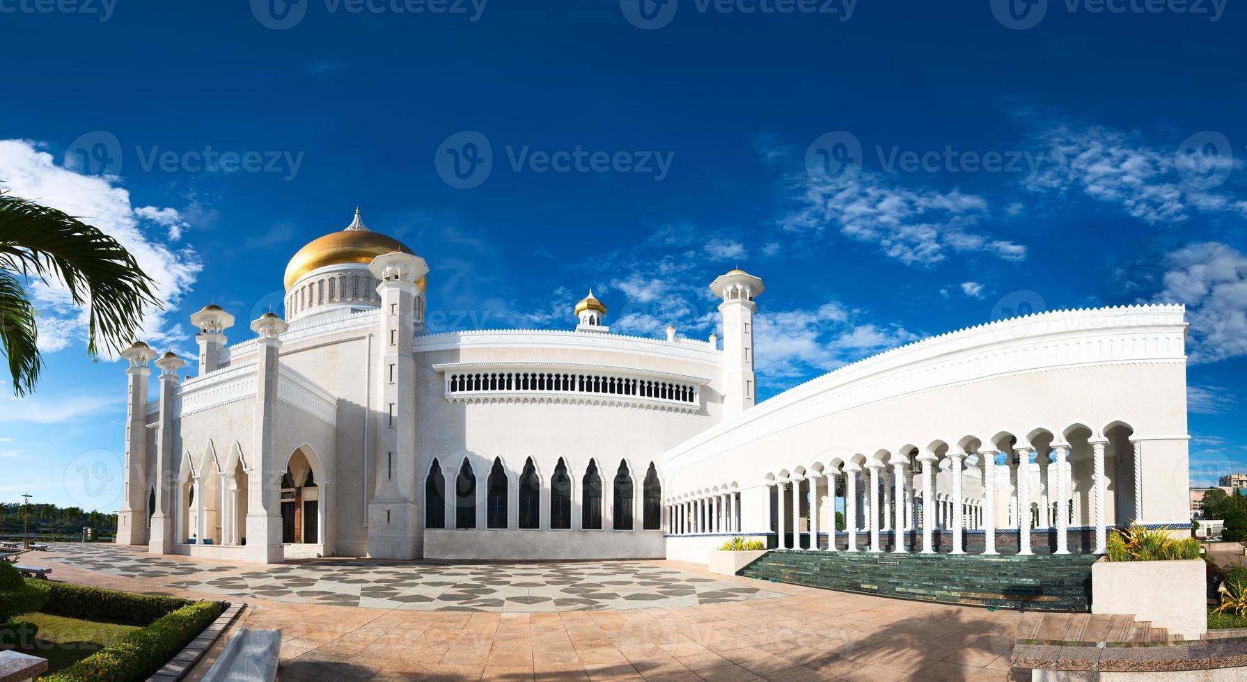 Sultan Omar Ali Saifuddin Mosque in Brunei photo