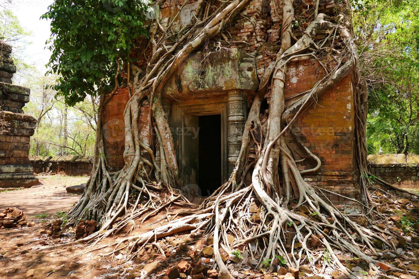 antigua ruina del templo de koh ker en camboya foto
