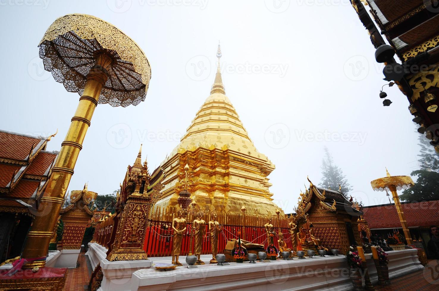 pagoda dorada wat phra que doi suthep tailandia foto
