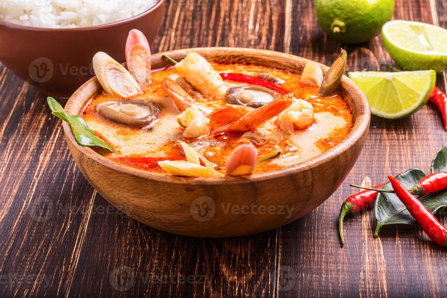 sopa tailandesa de tom yam con camarones y champiñones shiitake foto