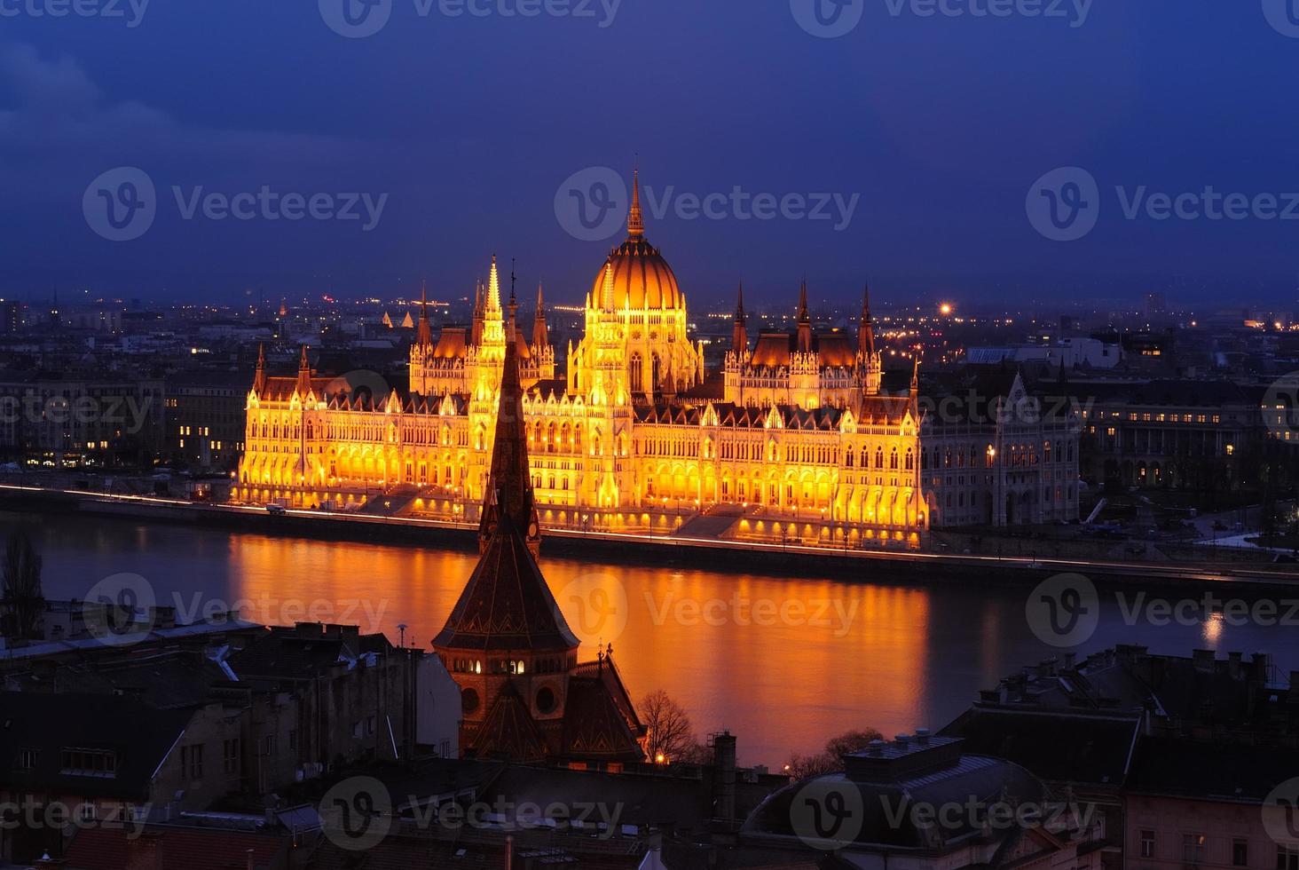 edificio del parlamento húngaro al atardecer foto