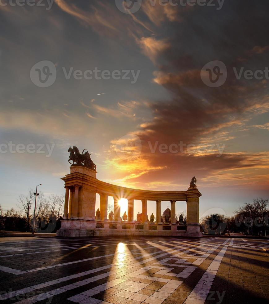 Plaza de los héroes con monumento conmemorativo en Budapest, Hungría foto