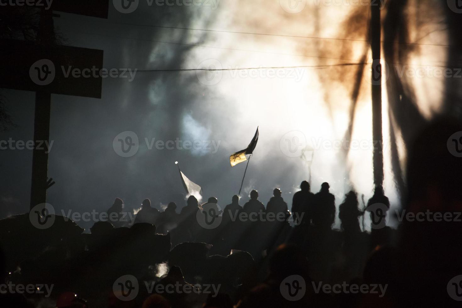 La calle Kiev durante la revolución llena de gente con bandera foto