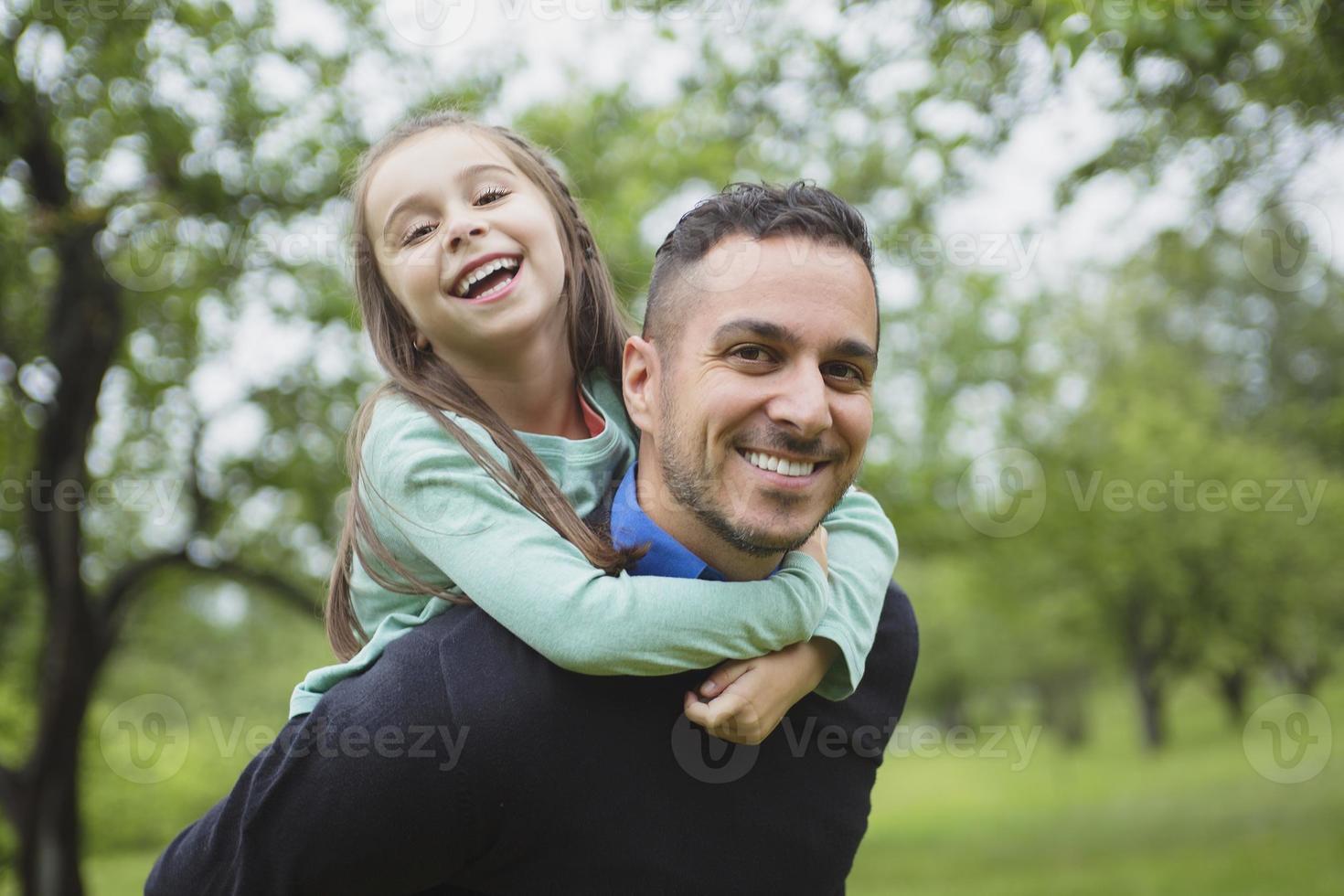 padre e hija en el bosque en un prado foto