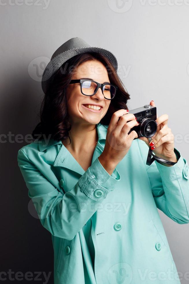 Hermosa chica con un sombrero con cámara. foto