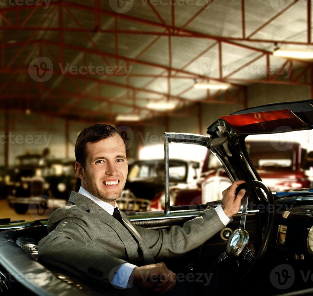 hombre al volante en un auto retro foto
