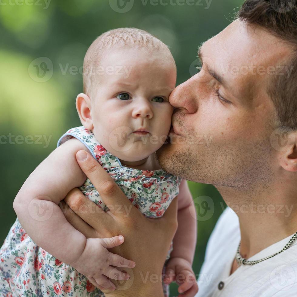 padre e hija recién nacida jugando en el parque en el amor foto