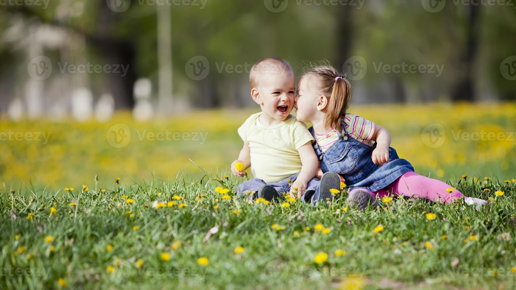 niños en el campo foto