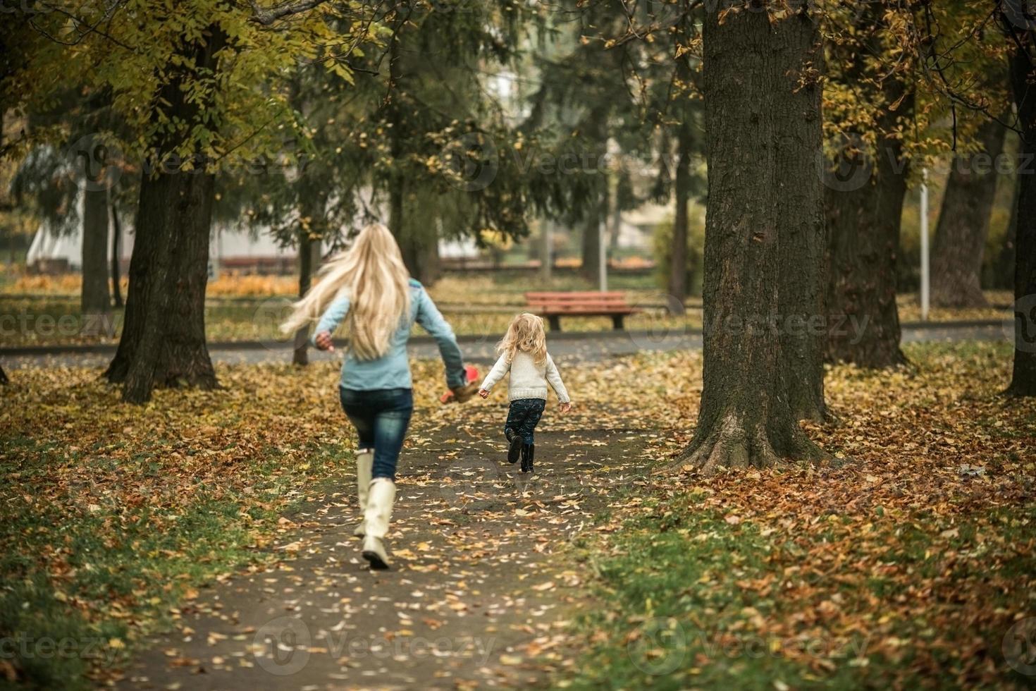 madre con hija en el parque otoño foto