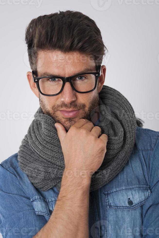 hombre guapo con gafas de moda y bufanda foto