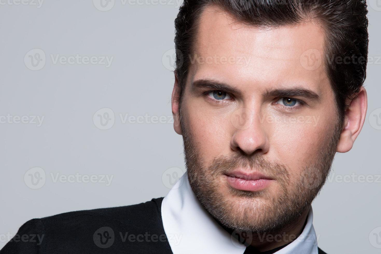Close-up retrato de hombre joven en camisa negra. foto