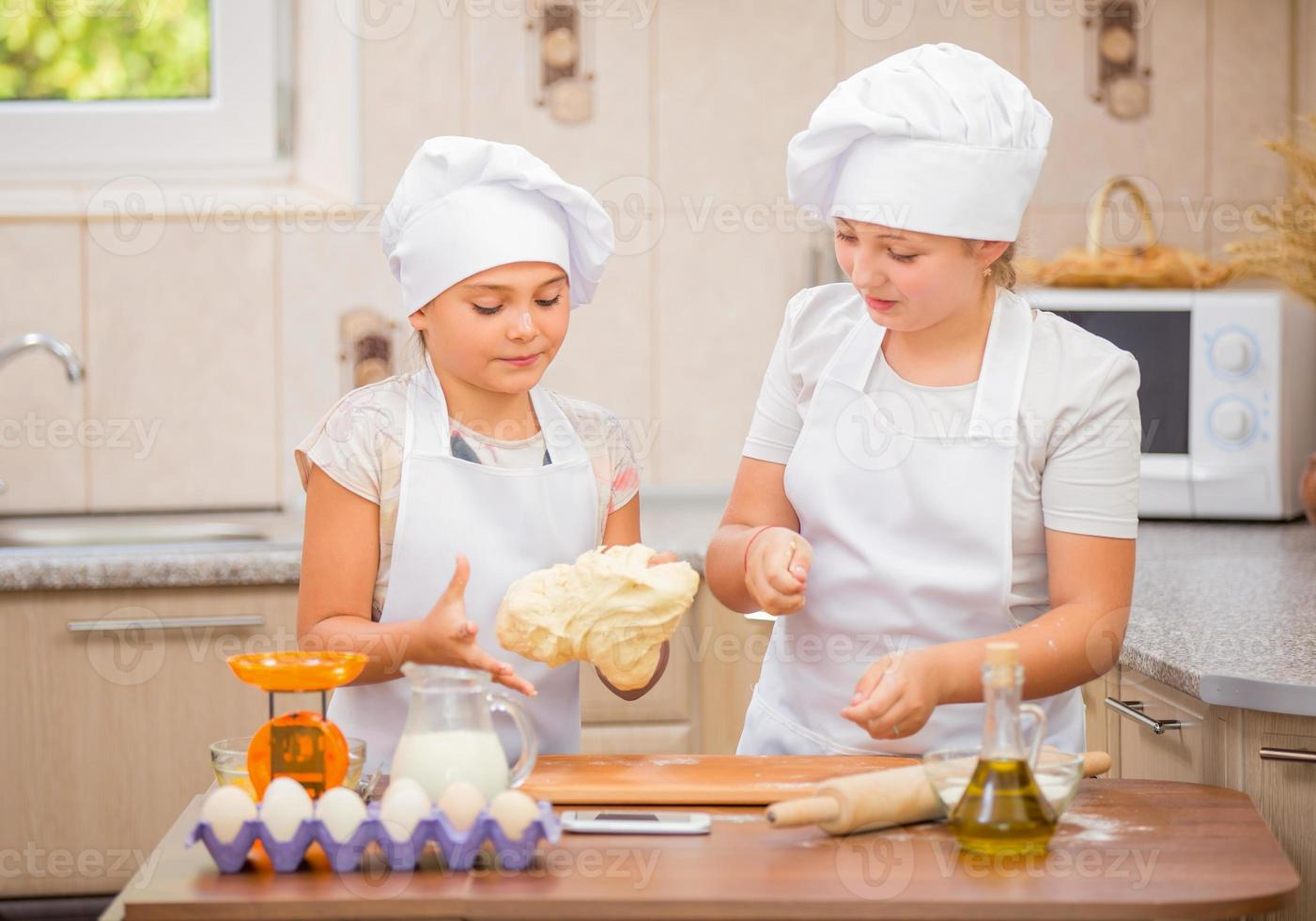 dos chicas cocinan foto