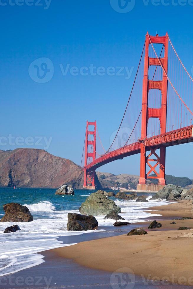 El puente Golden Gate con olas foto