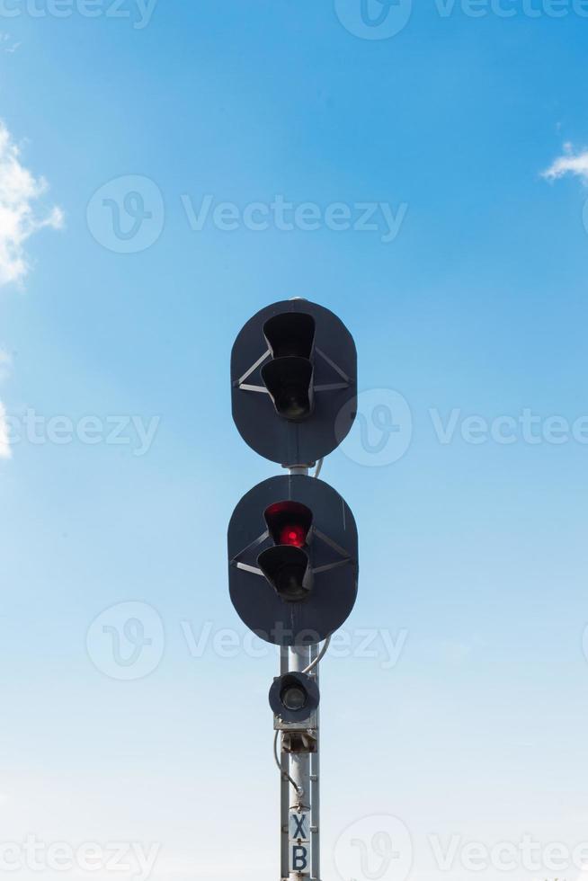semáforos de ferrocarril en rojo foto