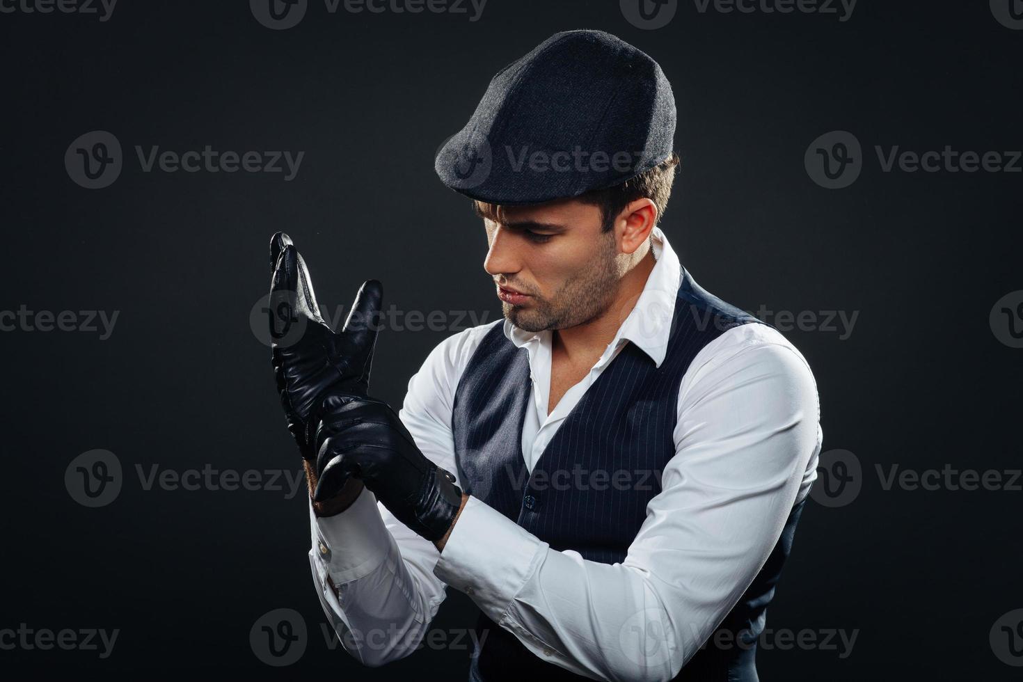 hombre guapo en un chaleco y gorra foto