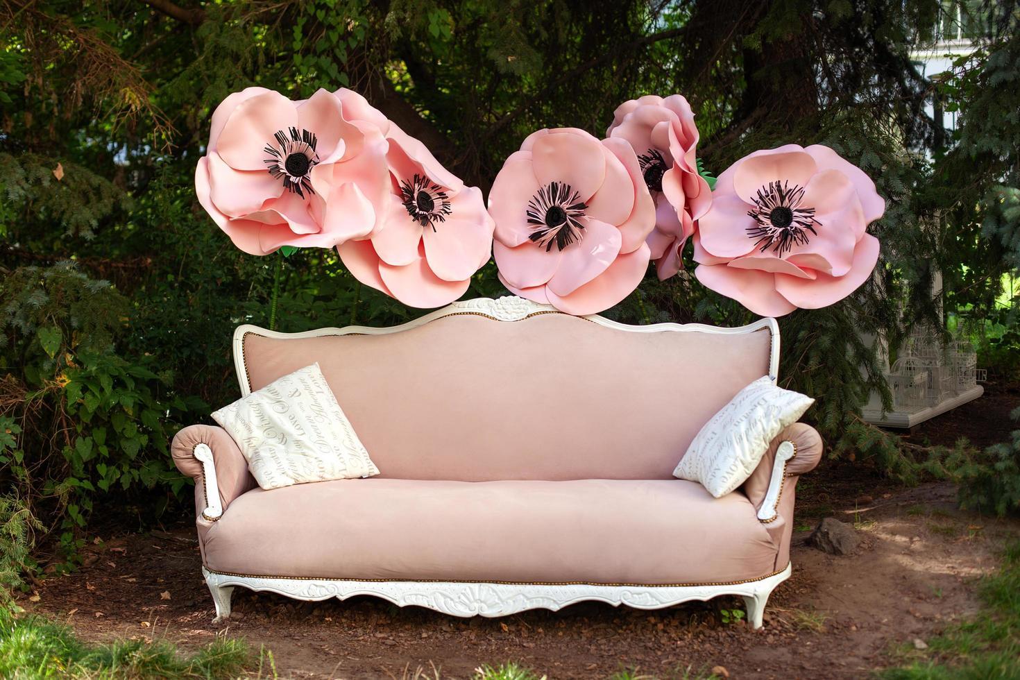Jardín vintage sofá rosa en día de verano foto