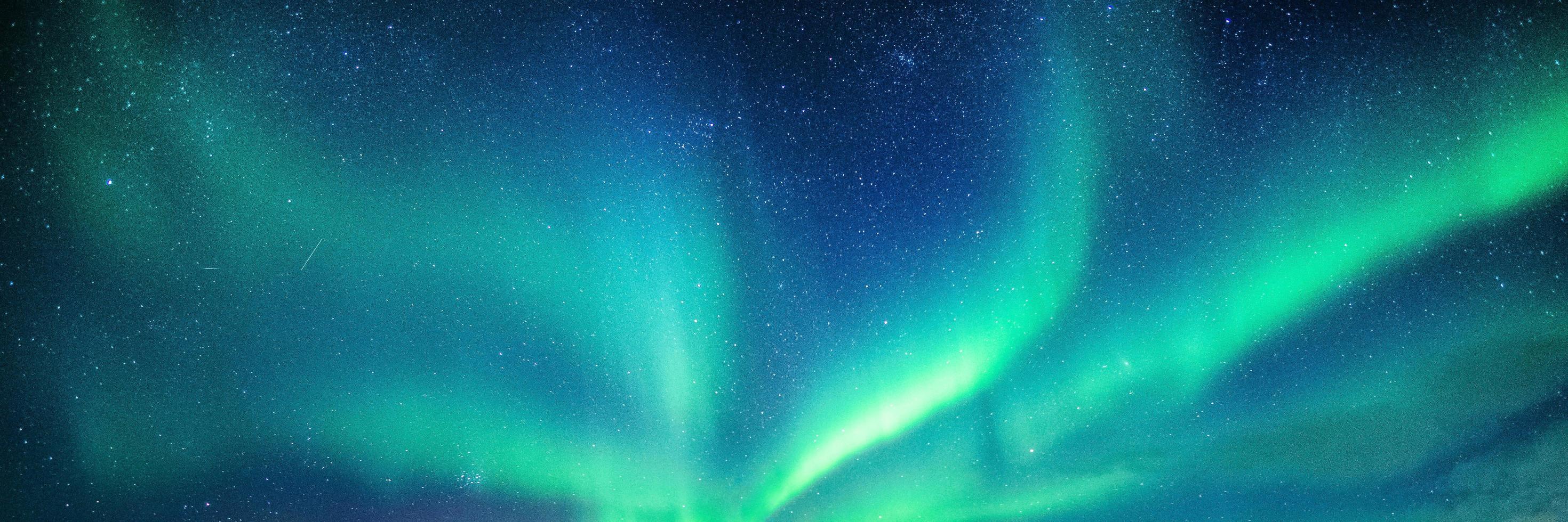 aurora boreal en el cielo nocturno foto