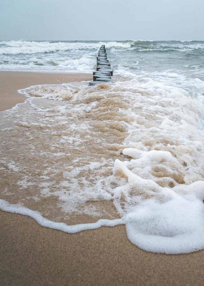 olas rompientes del mar báltico foto