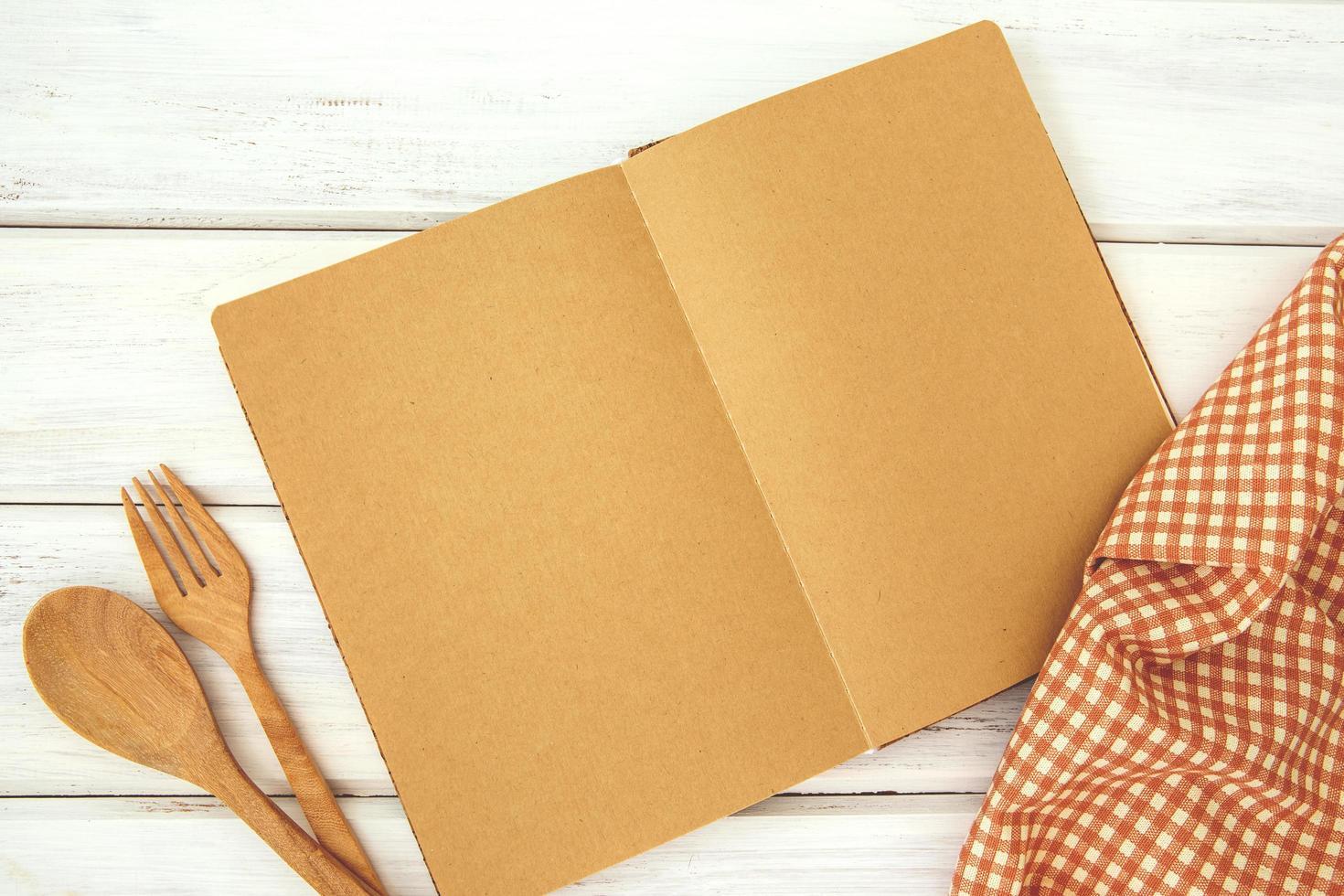 maquete de livro de receitas na mesa de madeira branca foto