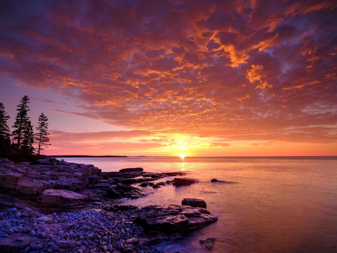 vista panorámica de la puesta del sol del océano foto