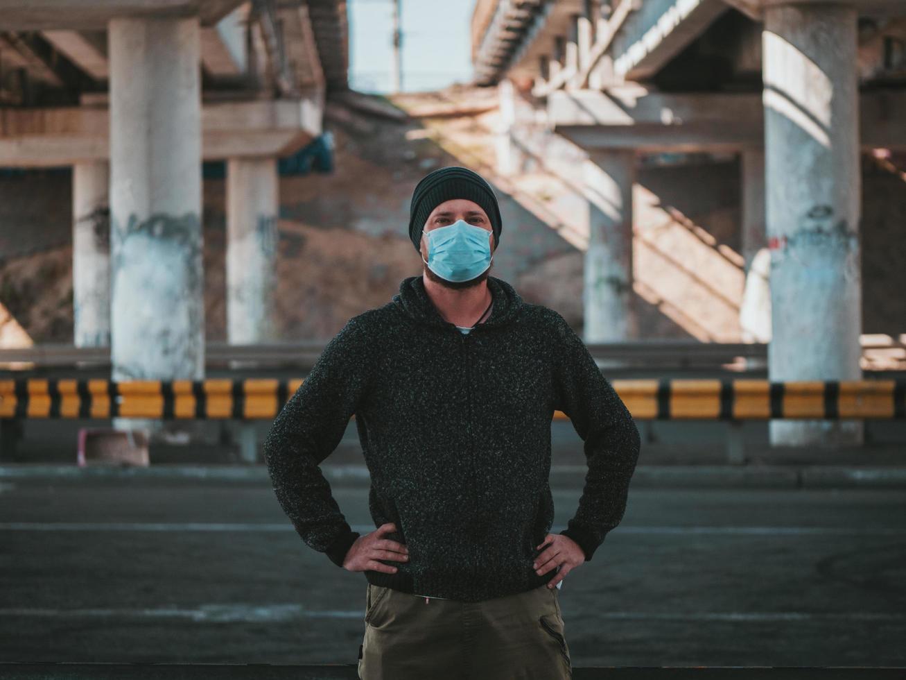 hombre en una máscara médica foto