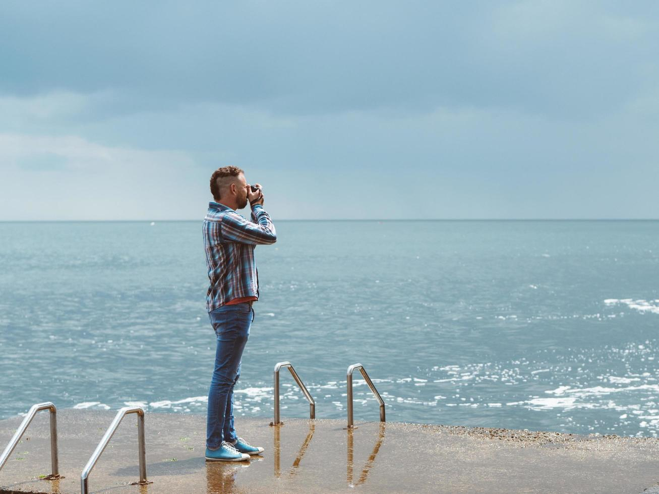 el fotógrafo hace una foto del mar